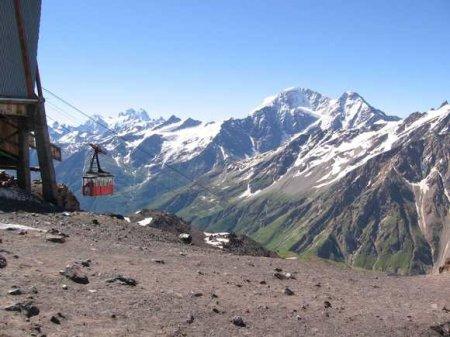 На леднике на склонах высочайшей в России вершины заблудились три человека