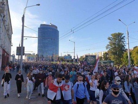 В Минске проходит массовая акция протеста— участников жестко задерживают омоновцы (видео)