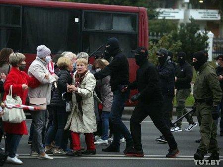 В разных районах Минска массово задерживают демонстрантов
