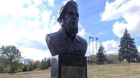 В столице ДНР установли памятник командиру ополчения Мотороле