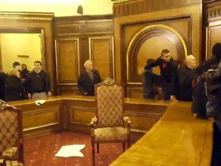 В здание правительства Армении ворвались протестующие