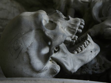 Под Иркутском обледенелую дорогу засыпали грунтом с человеческими останками (фото)