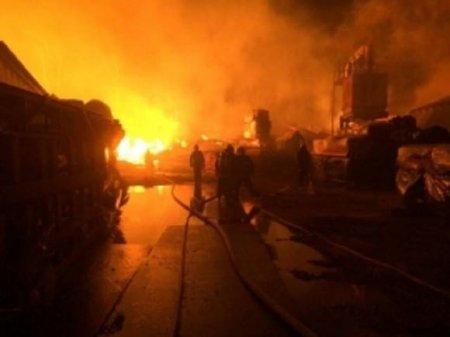 Повреждено 3тыс.кв. м площади, рухнула крыша: в Ивановской области ночью загорелся старейший льнокомбинат
