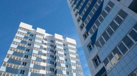 Утром в Петербурге с балкона высотки упала школьница