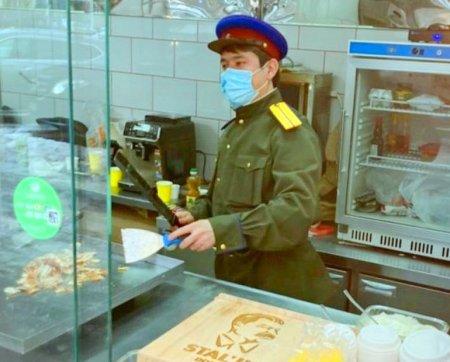 Кафе в Москве со сталинской шаурмой открыли без разрешения на работу