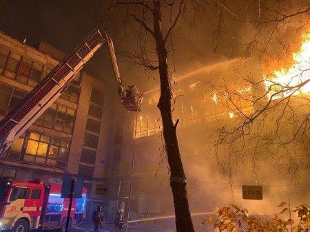 В Ленобласти жильцов охваченной огнем четырехэтажки снимали из окон