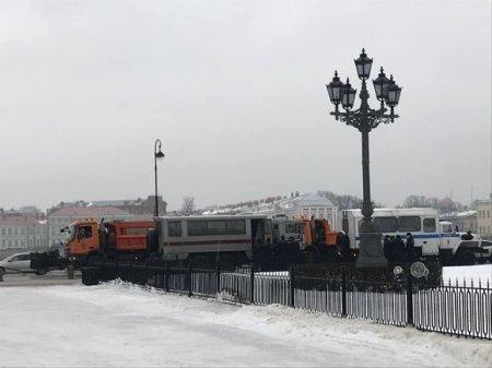 Силовики оцепили Гостиный двор и Исаакиевский сквер (фото)