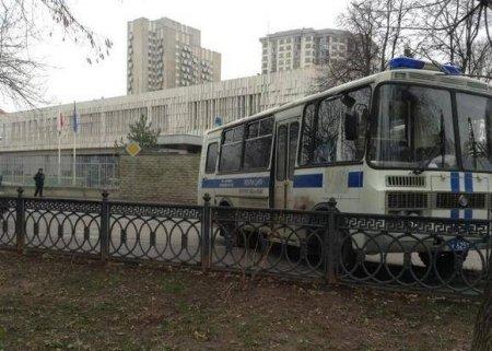 В центре Москве перед акцией за Навального замечены автозаки, прошло первое задержание (фото)