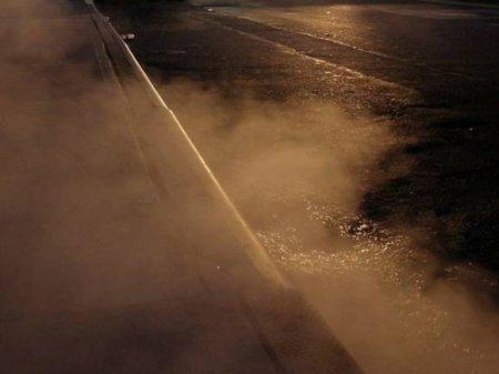 «К метро не попасть, от метро тоже»: на юге Петербурга прорвало трубу