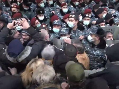 В Ереване жестко задерживают протестующих на акции против Пашиняна (видео)