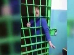 Пьяный российский депутат оказался в полиции, устроил дебош и попал на видео