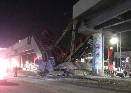 В Мехико обрушился метромост с поездом на нем