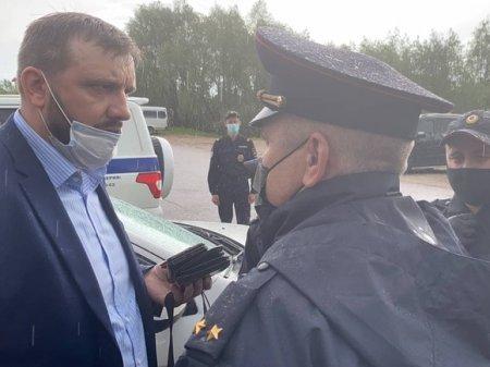 Участника Земского съезда из Ноябрьска попытались задержать за неповиновение полиции (видео)
