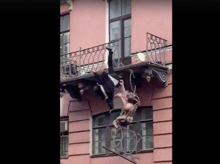 Подвыпившие мужчина и женщина вывалились с балкона в историческом центре Петербурга (фото)