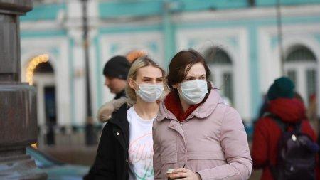 Смольный обвинил петербуржцев в росте количества заболевших COVID-19