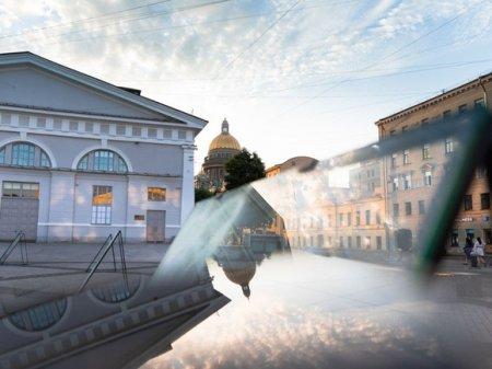 В Петербурге открылась уличная выставка с работами на стекле (фото)