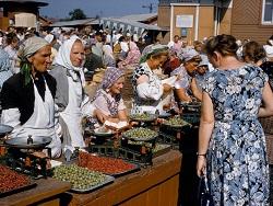Внешний вид советских продавщиц на фото с рынка озадачил москвичей