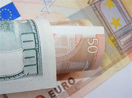 ЦБ РФ повысил официальный курс доллара на треть копейки, евро потерял 17