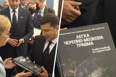 Захарова пошутила про подаренную Зеленскому в США книгу «Лёгкая черепно-мозговая травма»