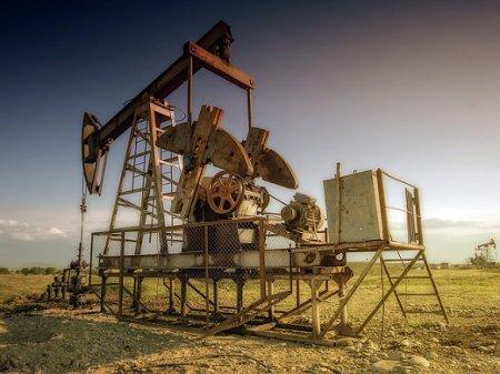 Нефть снижается в цене по мере укрепления доллара