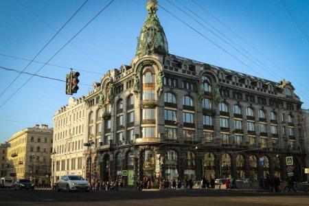 Ужаснувшую петербуржцев кричащую вывеску на Доме Зингера убрали