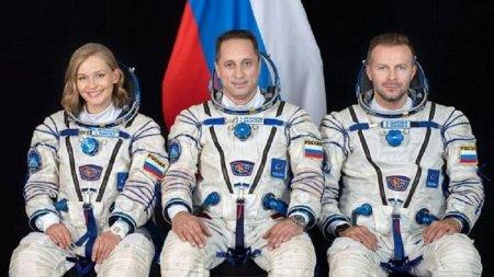 «Роскосмос» вернет на Землю киноэкипаж раньше срока