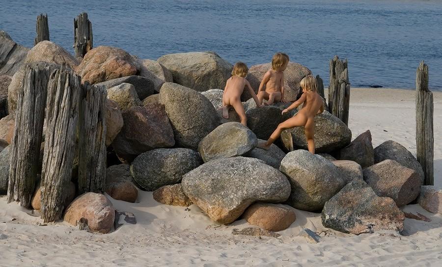 Голые мужики на камнях отличная