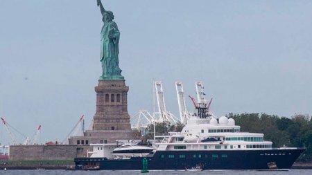 Российский миллиардер загородил мега-яхтой вид на статую Свободы