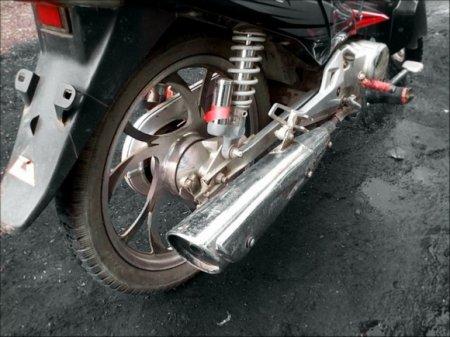 Мотоцикл врезался в Bentley и загорелся в центре Москвы