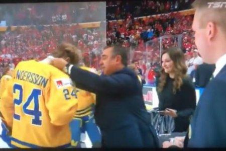 Расстроенный шведский хоккеист выбросил медаль на трибуну