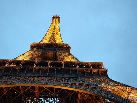 Эйфелеву башню могут покрасить в красный цвет