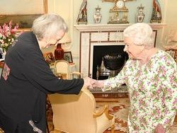 Британская королева убрала подальше фото с Меган Маркл