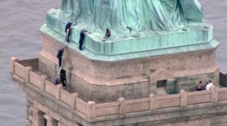 Забравшуюся на статую Свободы женщину задержала полиция