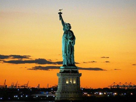 В Нью-Йорке задержали женщину, пытавшуюся залезть на статую Свободы