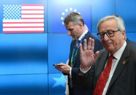 Глава Еврокомиссии подарил Трампу фото кладбища на встрече в Вашингтоне